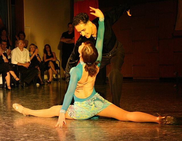 taneční pár při vystoupení.jpg