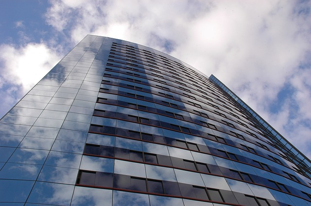 odraz mraků na budově.jpg