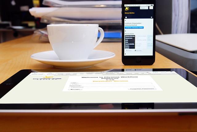 tablet, mobil a šálek.jpg