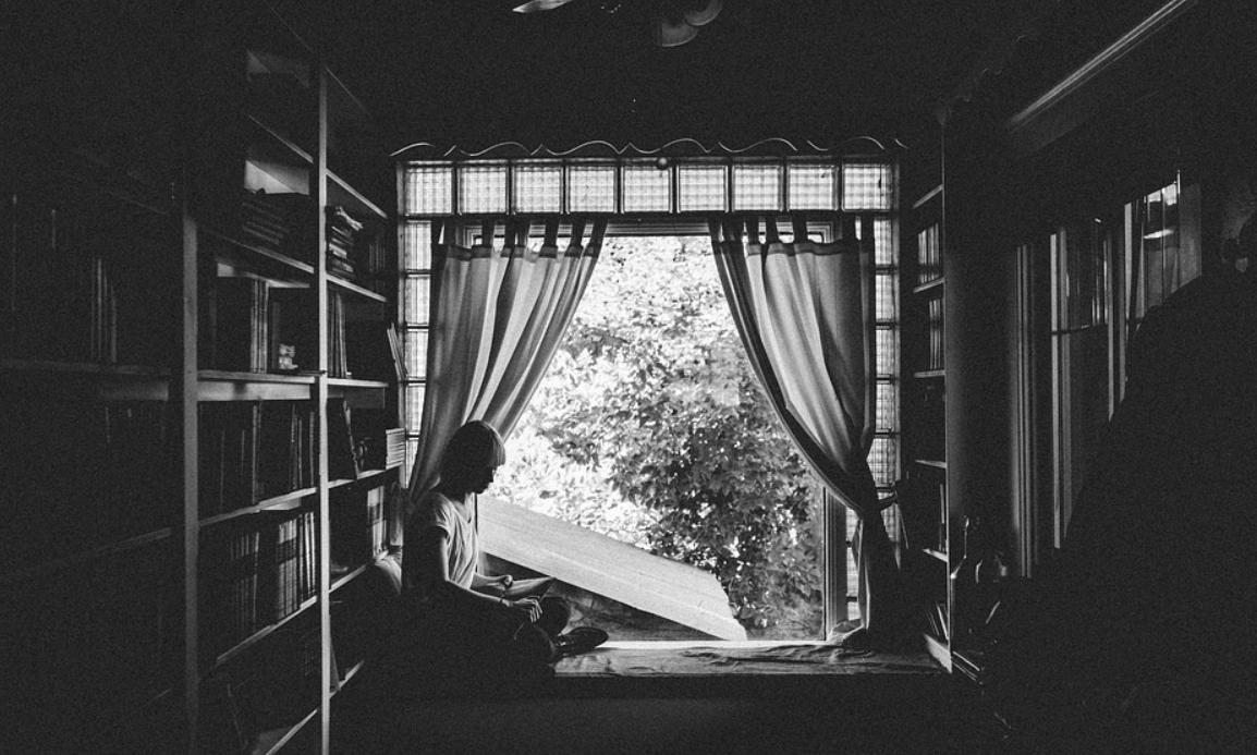 závěsy a okno